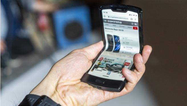 تذكرك Motorola بشاشة Razr القابلة للطي وتعرض ميزاتها الرائعة في مقاطع الفيديو الجديدة 1